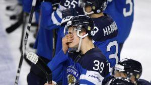 Suomen pelaajia Ruotsille hävityn jääkiekon MM-kisojen välieräottelun jälkeen lauantaina.