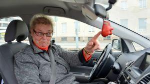 Arja Havakka ja punaiset hanskat.
