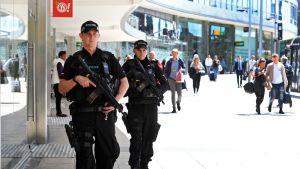 Kaksi poliisia kävelee kadulla