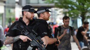 Poliiseja Manchesterissa