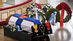Presidentti Mauno Koiviston arkku, kunniamerkit ja kukkatervehdyksiä kuvattuna ennen siunaustilaisuutta.