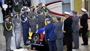 Arkunkantajat presidentti Mauno Koiviston hautajaisissa.