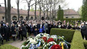 Yleisöä tungeksii presidentti Mauno Koiviston haudalle Hietaniemen hautausmaalla Helsingissä