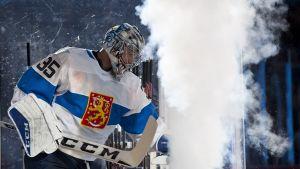 Pekka Rinne astumassa kaukaloon Leijonien paidassa savun keskellä.
