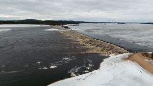 Kemijärven Termusniemen pohjapato Kalkonniemestä katsottuna 22.5.2017. Boreal Bioref Oy:n biojalostamohankkeen yksi vaihtoehto jätevesien purkupaikaksi järveen on on padon yläpuolella. Konsulttiyhtiö Swecon mukaan jätevedet sekoittuisivat padon kohdalla hyvin tehokkaasto koko vesimassaan.