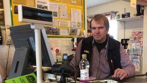 Kauppias Jari Paavola jatkaa kaupanpitoa Isojoen kirkonkylässä, vaikka Vanhassakylässä sijaitseva kyläkauppa sulkeekin ovensa.