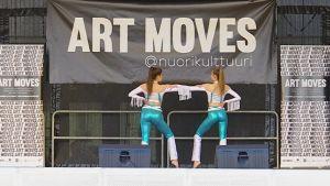 Kaksi tanssijaa Kansalaistorin lavalla Moves-tanssitapahtuman yhteydessä 26.5.2017.