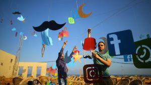 Palestiinalaistaiteilijat koristelivat Qahwetna-kahvilaa Gazan kaupungissa 26. toukokuuta.
