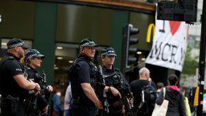 Aseistautuneet poliisit partioivat Manchesterissa