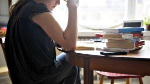 Opiskelija lukee kirjaa.