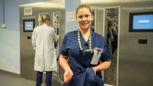 Kätilö Johanna Kejonen on tyytyväinen kaarisairaalassa pari vuotta käytössä olleeseen työasuautomaattiin