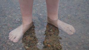 Jalat näkyvät veden läpi Littoistenjärvessä.