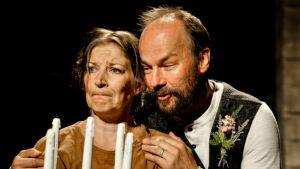 Irina Parviainen ja Pekka Johansson Niskavuoren Heta -näytelmässä Kokkolan kaupunginteatterissa.
