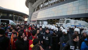 Türk Telekom Arenan edustalla mellakkapoliiseja ja jalkapallofaneja.