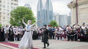 Kansantanssiesitys Groznyissa.