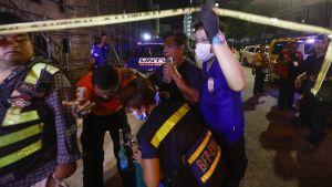 Ihmisille annettiin ensiapua evakuoinnin jälkeen kasinon edustalla Manilassa 2. kesäkuuta.