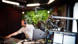 Antti Lehtinen juontamassa Radio Helsingin iltapäivää.