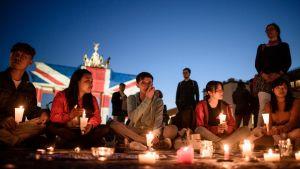 Berliinissä ihmisiä kokoontui illalla ja yöllä osoittamaan myötätuntoaan Lontoolle ja sitä kohdanneen terrori-iskun uhreille.