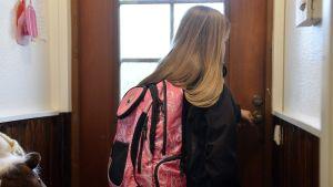 Lapsi lähdössä kouluun.
