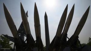 Kopioita Pohjois-Korealaisista Scud-B ja Etelä-Korealaisista Hawk -ilmatorjuntaohjuksista Korean sodan muistomerkillä Soulissa.