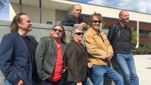 Eppu Normaalin jäsenet poseeraavat Ylöjärven kaupungintalon edustalla kuvanveistäjä Kimmo Schroderuksen kanssa.