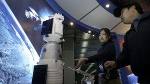 Vierailijoita Pekingin avaruus- ja satelliittinäyttelyssä 2004.