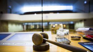 kokous nuija Helsingin kaupunginvaltuuston puheenjohtajan pöydällä