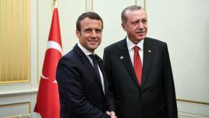 Ranskan presidentti Emmanuel Macron ja Turkin presidentti Recep Tayyip Erdoğan kättelemässä