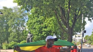 Tsega Kiflie ja Etiopian lippu.
