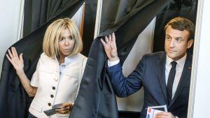 Presidentti Emmanuel Macron ja hänen vaimonsa Brigitte Trogneux antoivat äänensä Le Touquessa Pohjois-Ranskassa.