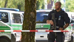 Poliisi juna-aseman ulkopuolella Münchenissa 13. kesäkuuta.