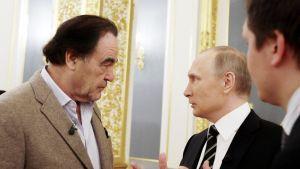 Oliver Stone ja Vladimir Putin keskustelevat.