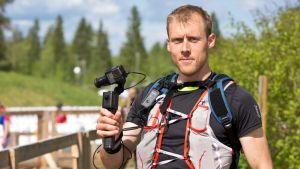Juoksukamerakuvaaja Janne Mononen valmiina metsäosuudelle.