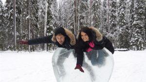 The Bachelor-sarjan unelmien poikamies Nick Vialli ja hänen treffikumppaninsa Raven Gates ilakoivat lumessa Suomen Lapissa.