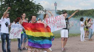 LGBT-ryhmän aktivisteja osoittivat mieltään.