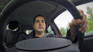Mies ajaa yhteiskäyttöautoa