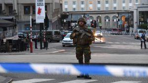 Aseistettu sotilas Brysselin päärautatieasemalla 20. kesäkuuta.