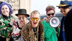 Tume (keskellä) on suosittu tubettaja sekä Summerin juontaja.