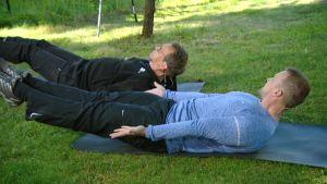 Personal trainer Härkönen ohjeistaa juontajaa liikkeen suorittamisessa Aamu-tv:n sporttituokiossa.