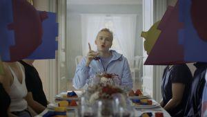 Matti8 räppää robottien keskellä Kuplii-videossa.