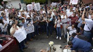 Meksikolaiset osoittavat mieltään journalistin murhan jälkeen toukokuussa.