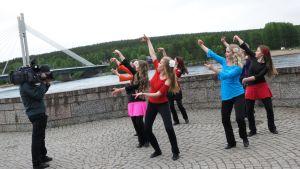 Lapin tanssiopiston tytöt tanssimassa omaa Hulahula-tanssiaan.
