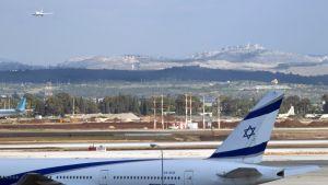 EL Al-yhtiön lentokone Ben Gurionin lentokentällä, Tel Avivissa.