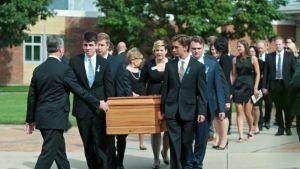 Saattojoukko kantaa arkkua.
