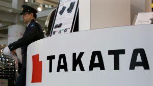 Turvallisuusmies kävelee Takata-yhtiön tiloissa.