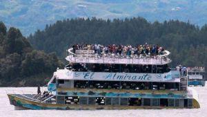 Matkustaja-alus uppoaa.