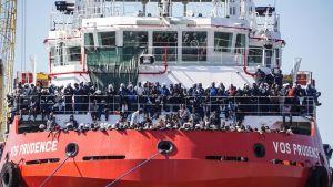 Lääkärit ilman rajoja -järjestön pelastusalus toi 1449 turvapaikanhakijaa Napolin satamaan 28. toukokuuta 2017.