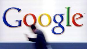 Mies kävelee Google-logon ohi.