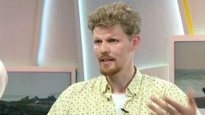 Afrikkaan sijoittuvaan suomalaiseen ripulirokotetutkimukseen osallistuva toimittaja Jussi Nygren studiossa kertomassa tulevasta matkasta 30. kesäkuuta.