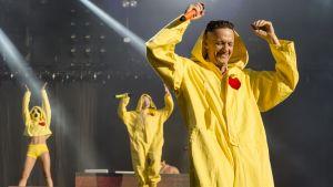Die Antwoordin Ninja näyttää diggaavan Pikachu-puvustaan Provinssissa.